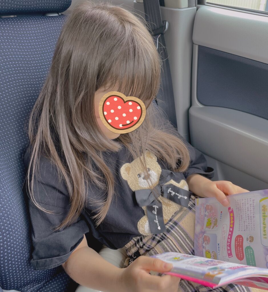本を読む娘